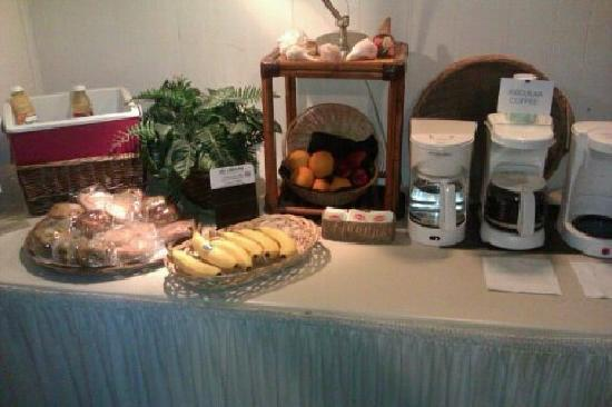Rodeway Inn & Suites: Breakfast items in lounge area