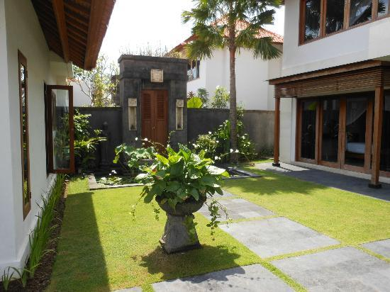 Amore Villas: entrance with dining on one side and 2 story 4 bedroomed villa on the other..