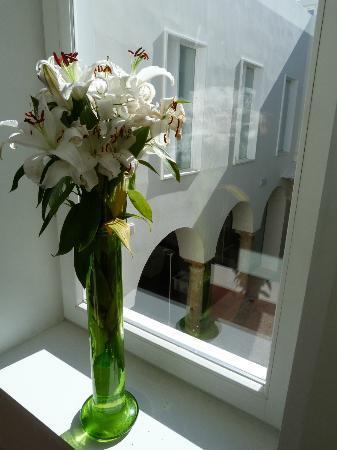 Hotel Viento10: Window in upstairs hallway.