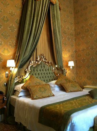 Palazzo Paruta : The bed - Grand!