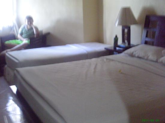 Adi Dharma Hotel: King bed plus single