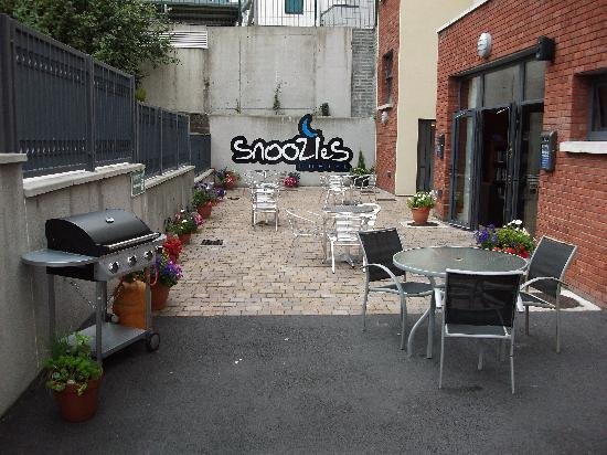 Snoozles Hostel: Patio Area with free BBQ