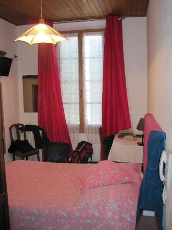 Hotel Restaurant Ma Petite Auberge: Vinduer og gardiner så nye ut.
