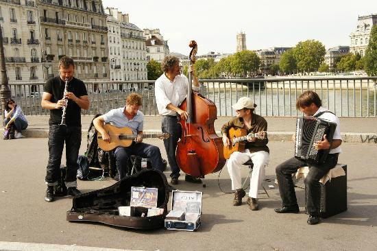 Ile Saint-Louis: 橋の上では容器な音楽が。