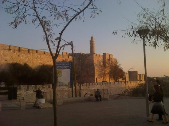 Jaffator (Bab al-Khalil): una vista del museo de migdal david desde la puerta de iafo