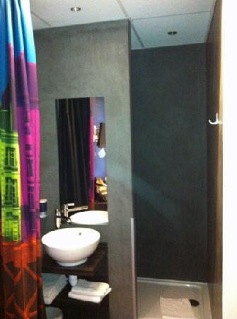 Kyriad Nantes Centre Graslin : lavabo y ducha
