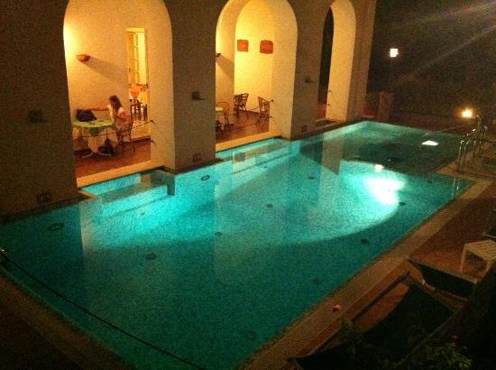 "Hotel Villa Sarah: Pool und dahinter ""Frühstücksort"""
