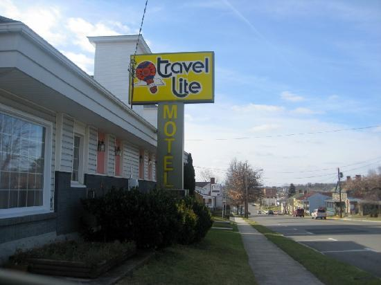 Travel Lite Motel : The front of the motel