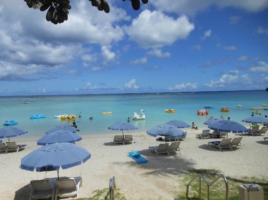 Outrigger Guam Resort: プールから見たビーチ
