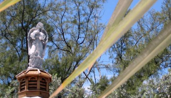 San Pablo Catholic Church: Angel atop the gazebo