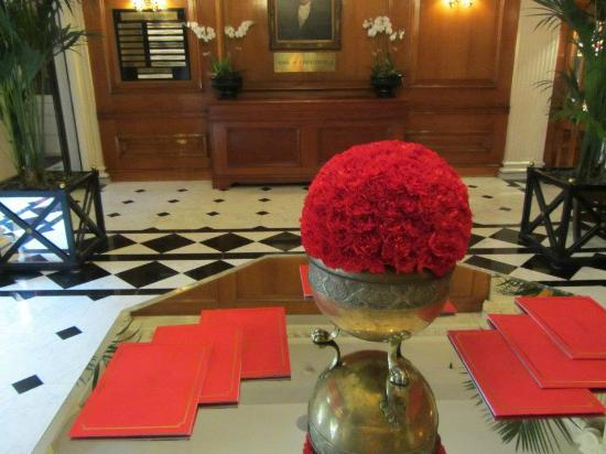 Butler's at the Chesterfield: Beautiful carnation-filled lobby