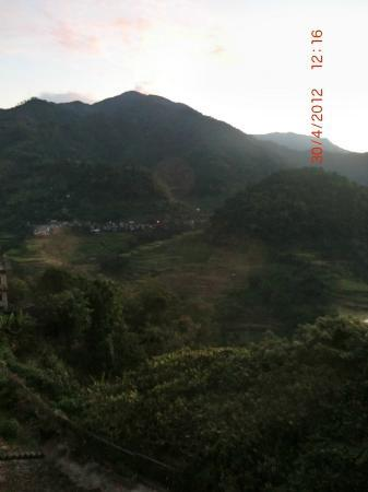Banaue Hotel and Youth Hostel: Balcony view at sunrise