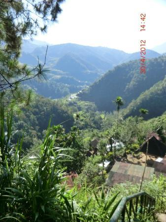 Banaue Hotel and Youth Hostel: Footpath down the back of Hotel to a village
