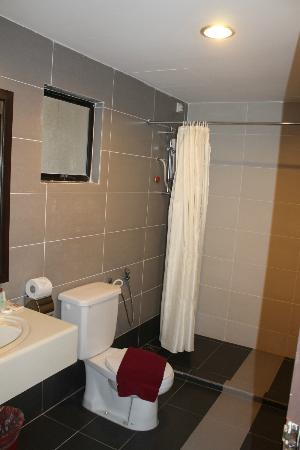 Swiss-Court Holiday Apartments Damai Laut: Bathroom