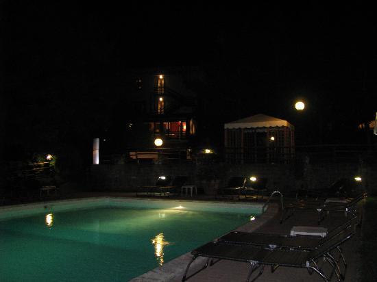 Hotel 2 Mari: notturno dalla piscina esterna