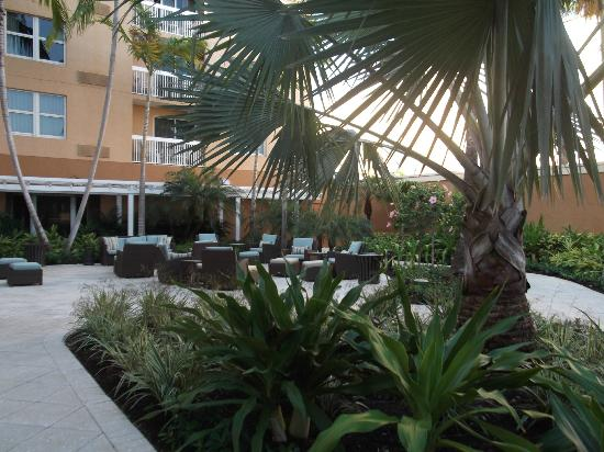 Courtyard by Marriott Miami Aventura Mall: Outside area near the pool