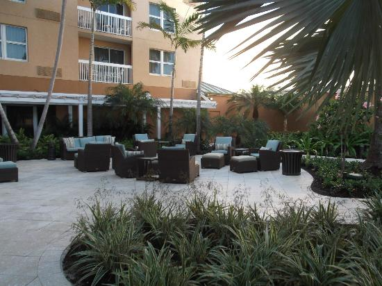 Courtyard by Marriott Miami Aventura Mall: Chairs and Tables Outside near the Pool