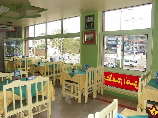 Amoun Restaurant: Amoun - La sala, che affaccia verso il viale di Sfingi