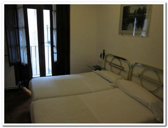 Pension Sarasate: Firm beds