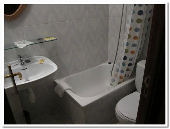 Pension Sarasate: Tiny bathroom