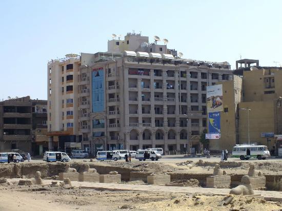Emilio Hotel: L'Hotel Emilio, sullo sfondo del Viale delle Sfingi, tuttora in fase di scavo