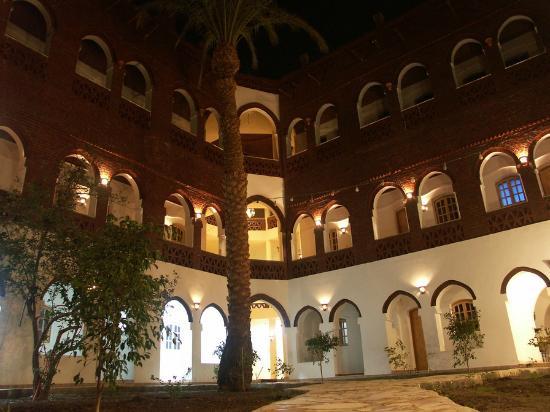 Hotel Sheherazade: Hotele Sheherazade - Il giardino sul quale affacciano gli ingressi delle stanze