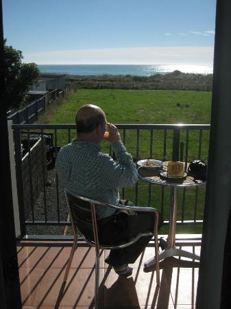 Quality Suites Kaikoura: Balcony sunny next morning!