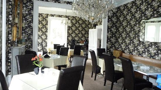 Stone Maiden Inn: Dining Room - warm and elegant