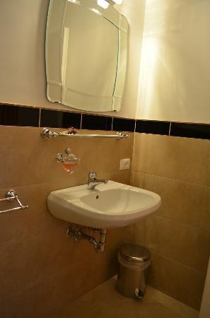 Le Sorelle Lumiere: Badkamer