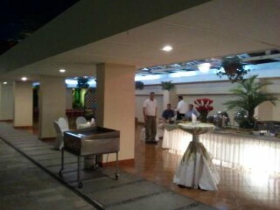 Best Western Plus Hotel Terraza: Patio Dining Area