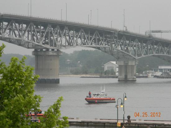 Duke of York Hotel: Coleman Bridge over York River