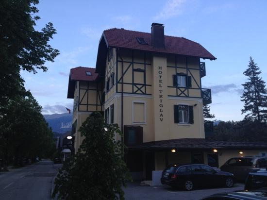 Hotel Triglav Bled: hotel at sunset