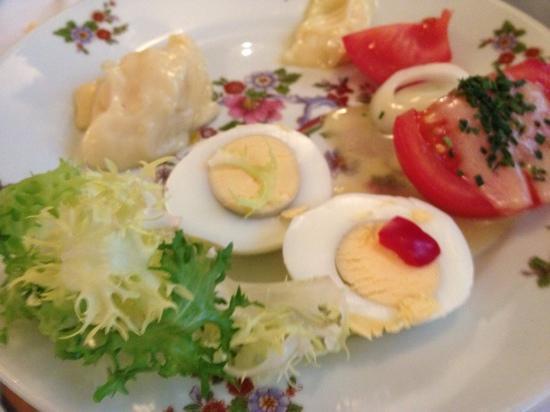 Aux Crus de Bourgogne: ゆで卵にマヨネーズの前菜。ひねりは一切ありません。。