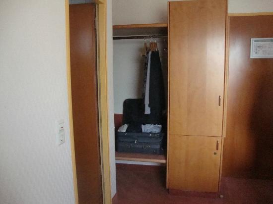 Best Western Hotel Lamm : Wardrobe in Room