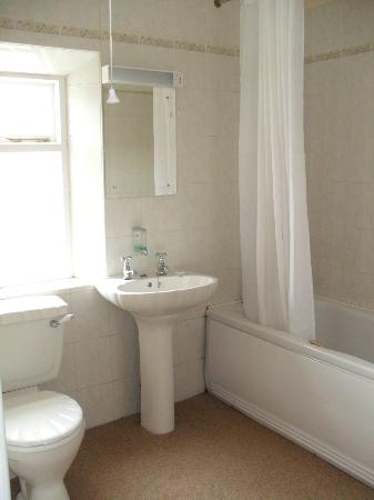 The Royal Oak Hotel: Bathroom - Clean and Spacious