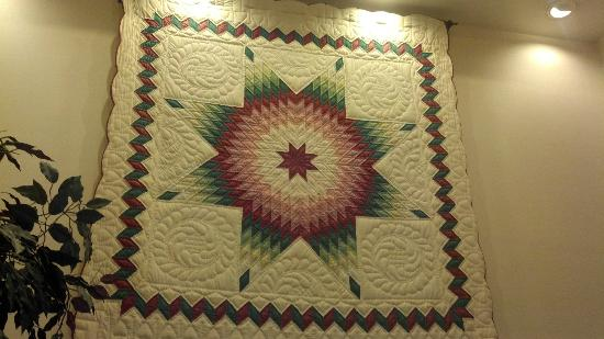Comfort Inn and Suites Colonial: Pretty quilt in the lobby.