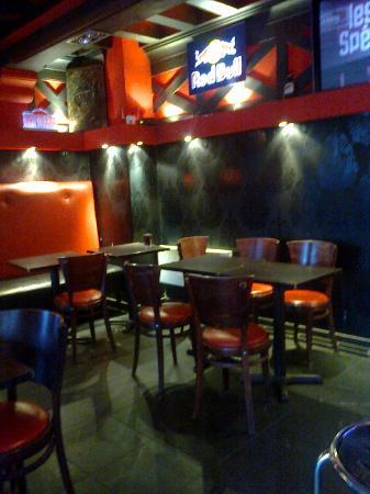 Peace and Love Hostel: El área del bar. Tiene pantalla, sillones, conexión a Internet (de quiosco a 1 euro por 10 min.)
