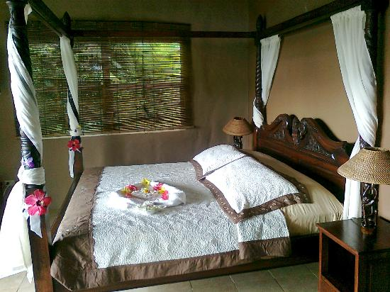 Popa Paradise Beach Resort: Big comfy king sized bed