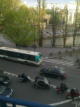 Peace and Love Hostel : Vista desde la ventana. Ahí hay un brazo de río y el metro a una cuadra.