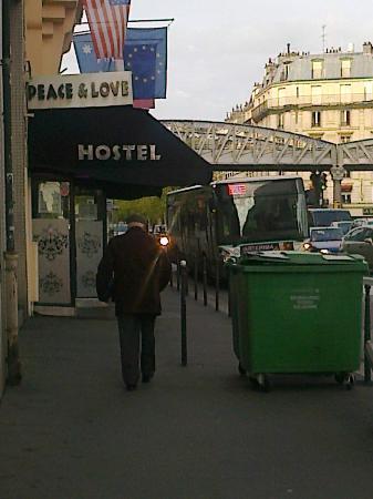 Peace and Love Hostel: El hostal desde la calle. Busquen un bar, no un logar de hospedaje.