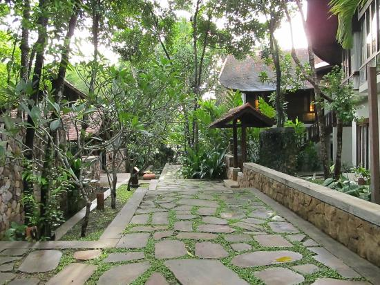 The Tubkaak Krabi Boutique Resort: Walkway to dinner