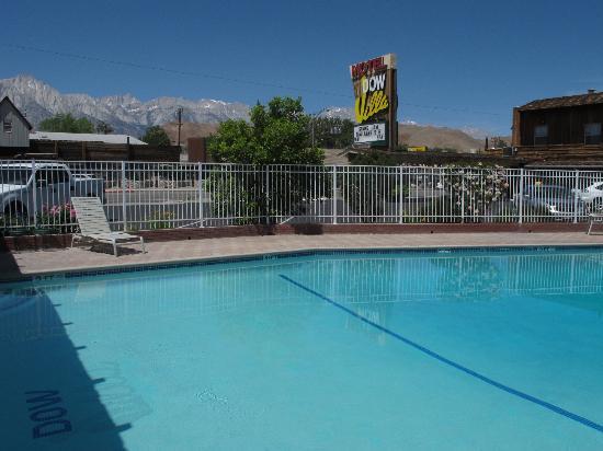 Dow Villa Motel : Motel pool - nice backdrop !
