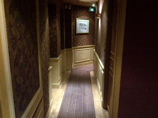 Neuilly Park: Hallway is small, and walls are thin.