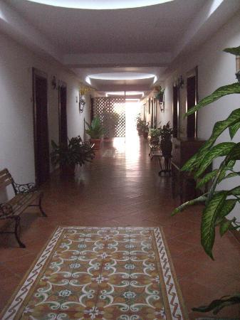 Nicarao Inn Hotel: Main corridor to rooms