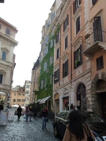 Boutique Hotel Campo de Fiori: Approaching the ivy covered hotel