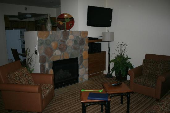 WorldMark Estes Park : Living room with flat screen & fireplace
