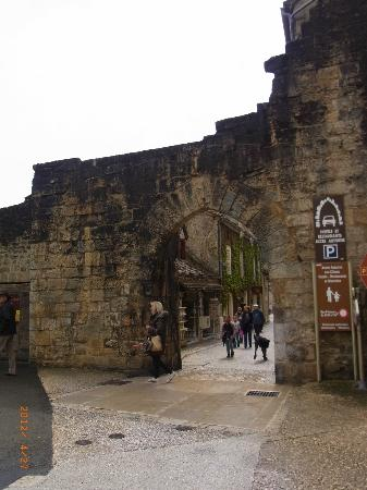 Hotel du Lion d'Or: main arch into Rocamadour main street