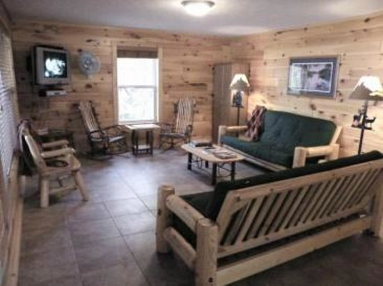 Pine Bluff Resort: Living room
