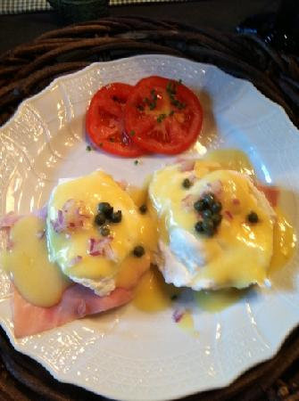 Shaker Farm Bed and Breakfast: Cathy's eggs Benedict (included a first course, homemade blueberry muffin!)