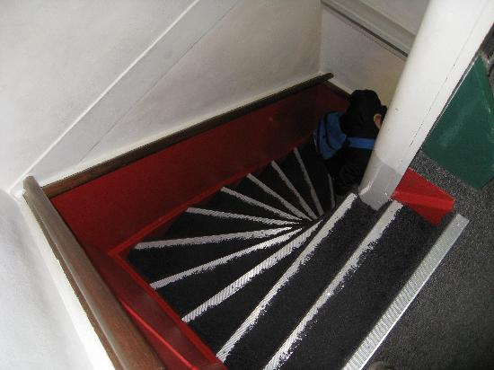 Hotel The Golden Bear: Steep stairs! pack light!